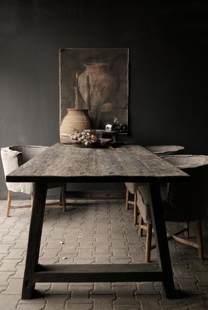 Stoer donker oud houten eetkamer tafel  met A poot