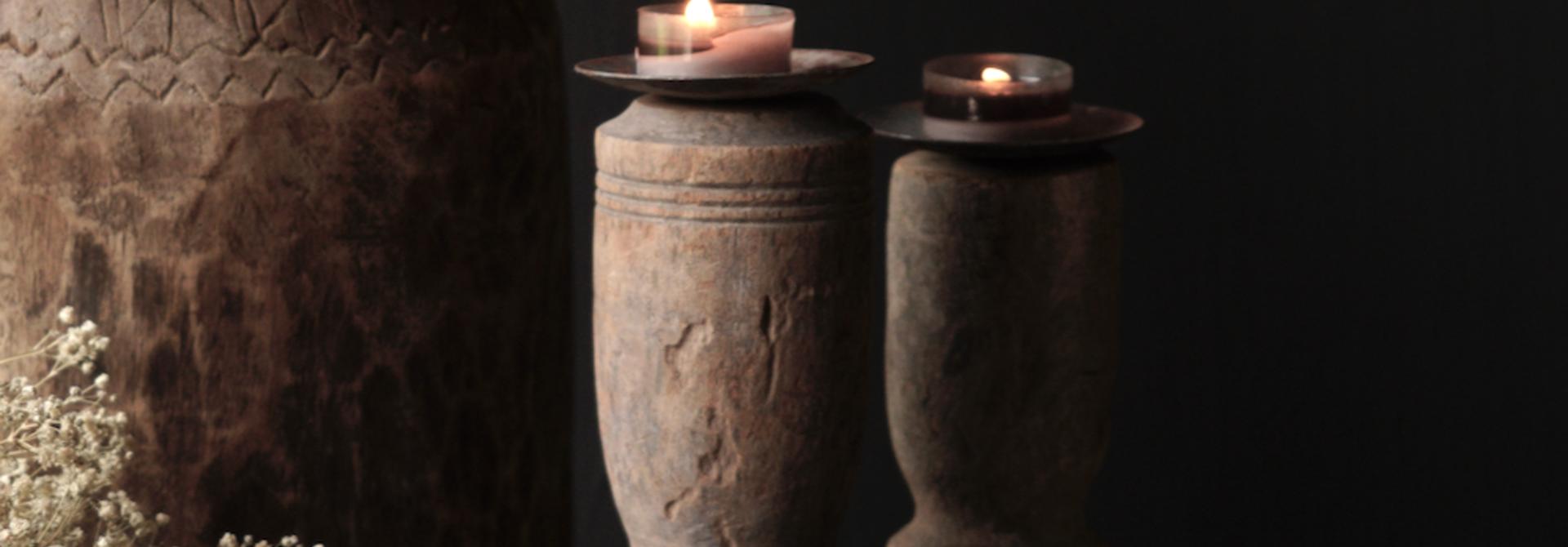 Alter hölzerner Kerzenständer mit altem Ornament
