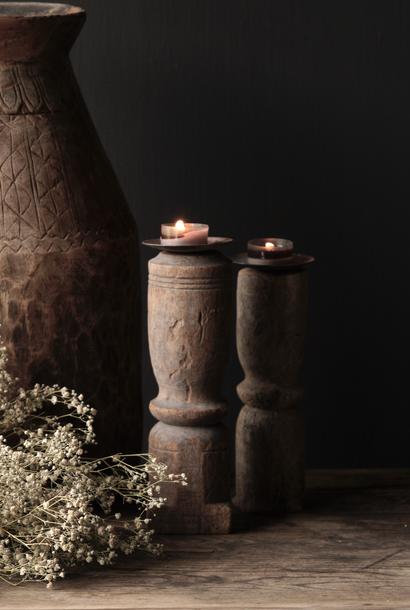 Alte hölzerne Kerzenleuchter mit altem Ornament