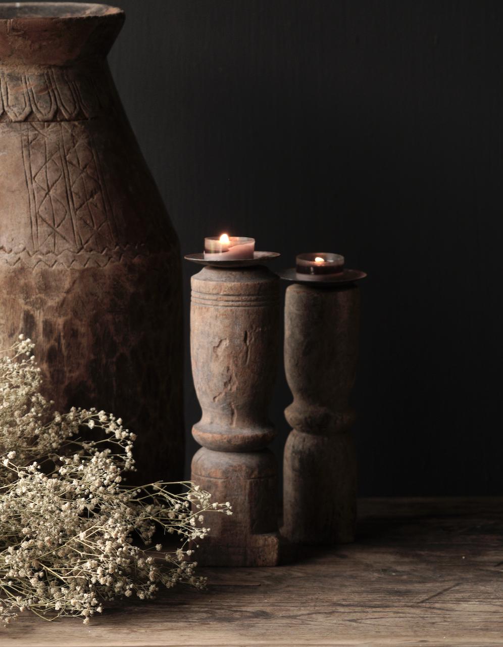 Alter hölzerner Kerzenständer mit altem Ornament-1