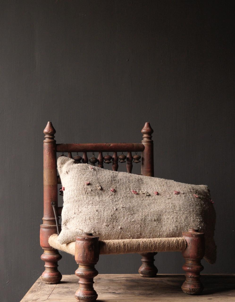 Authentiek oud Uniek laag stoeltje-1