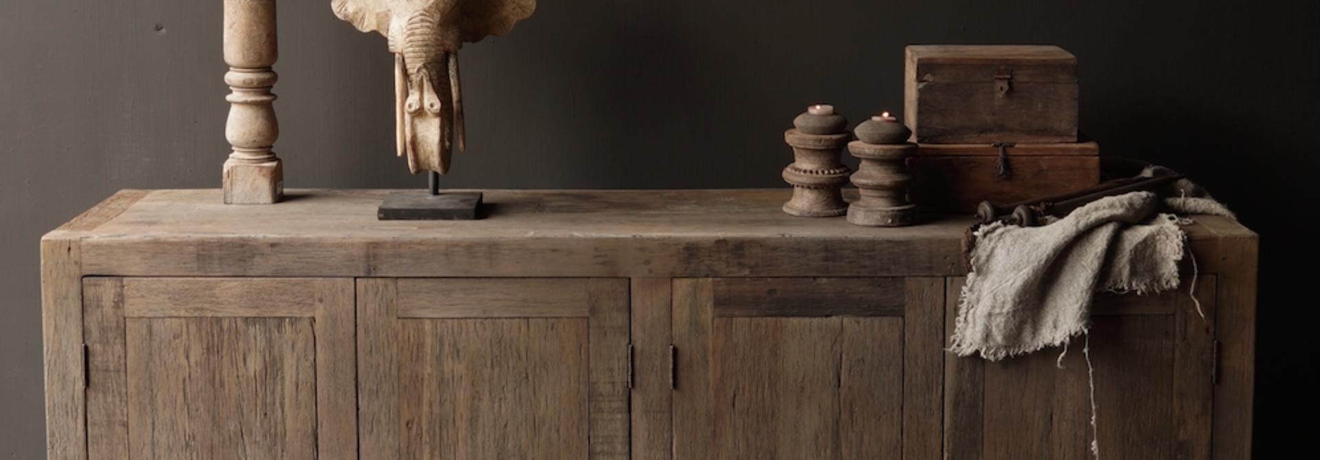 Prachtig  vergrijsd  Stoer  oud houten Dressoir met vier deurtjes