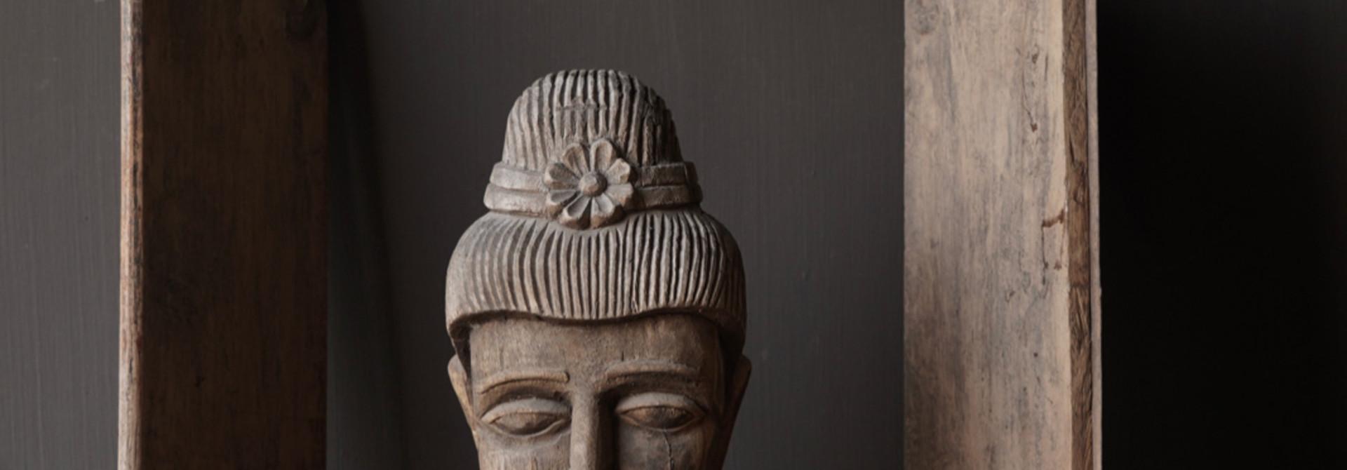 Oud vergrijsd houten  boeddha hoofd