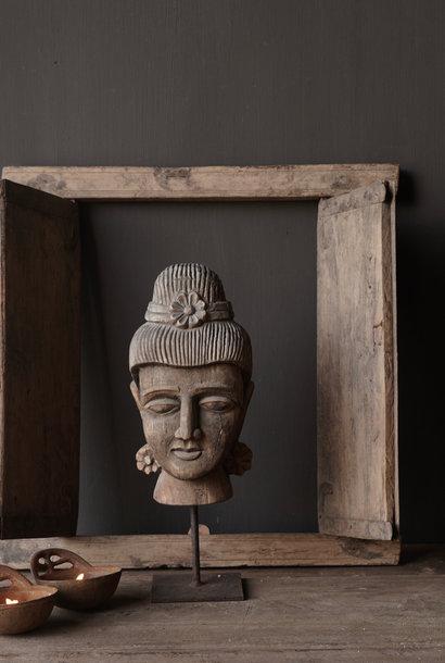 Oud vergrijsd houten  boeddha hoofd  op ijzeren voetje