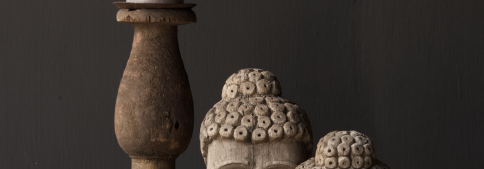 Oud vergrijsd houten buddha hoofd