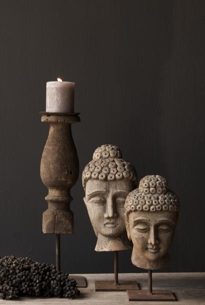 Alter grauer Buddha-Kopf aus Holz auf eisernem Fuß