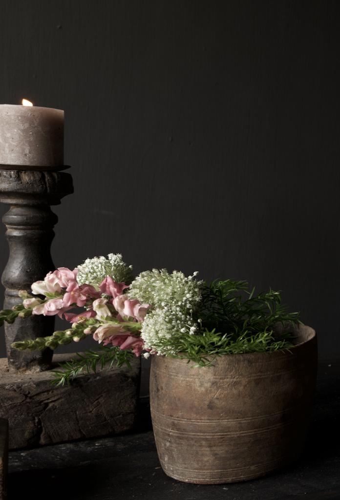 Nepalesischer alter hölzerner Topf oder Vase-1