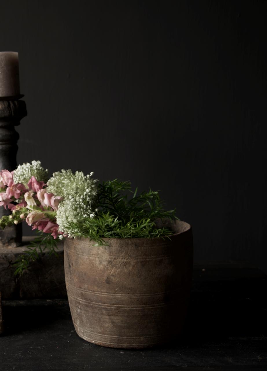 Nepalesischer alter hölzerner Topf oder Vase-2
