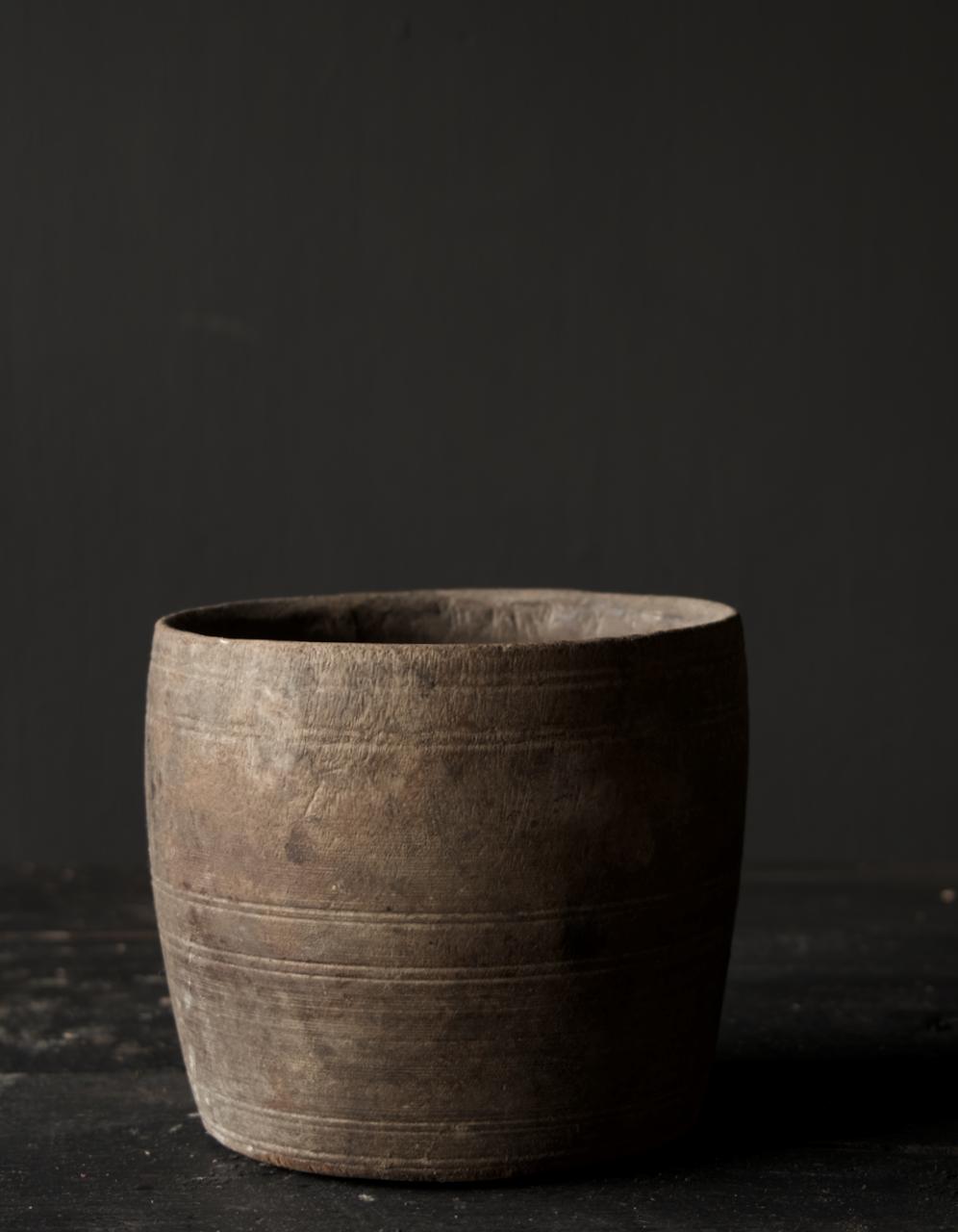 Nepalesischer alter hölzerner Topf oder Vase-3