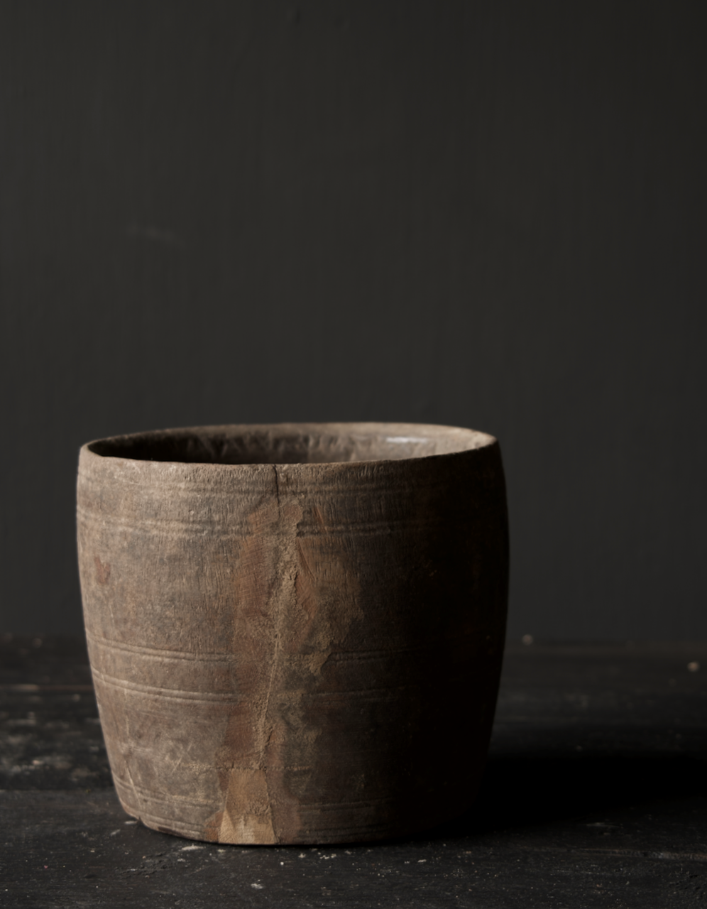Nepalesischer alter hölzerner Topf oder Vase-5