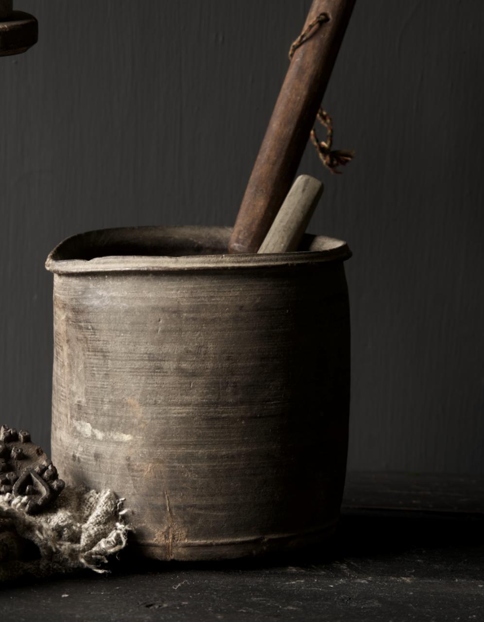 Einzigartiger alter nepalesischer Holztopf mit Ausgießer-1