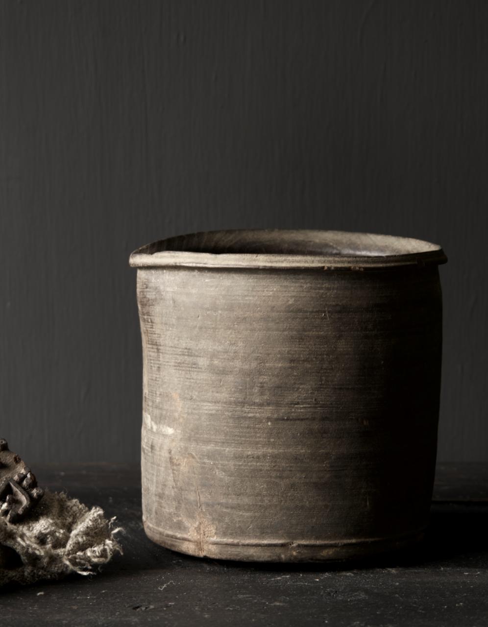 Einzigartiger alter nepalesischer Holztopf mit Ausgießer-2