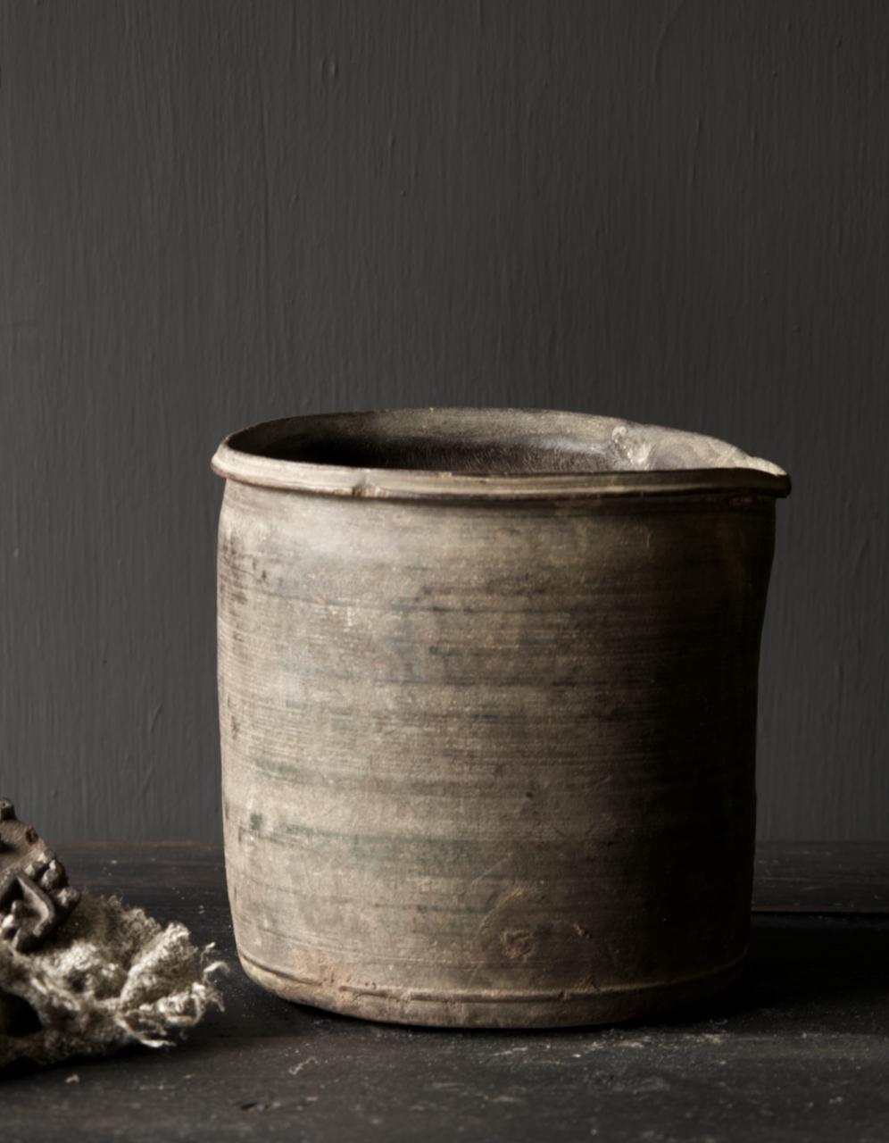 Einzigartiger alter nepalesischer Holztopf mit Ausgießer-4