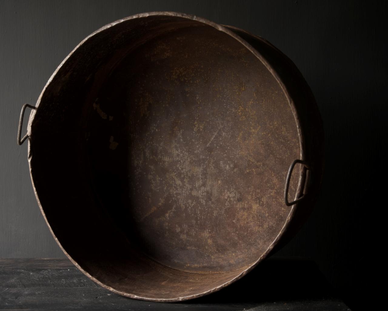Grote ronde ijzeren bak roest-7