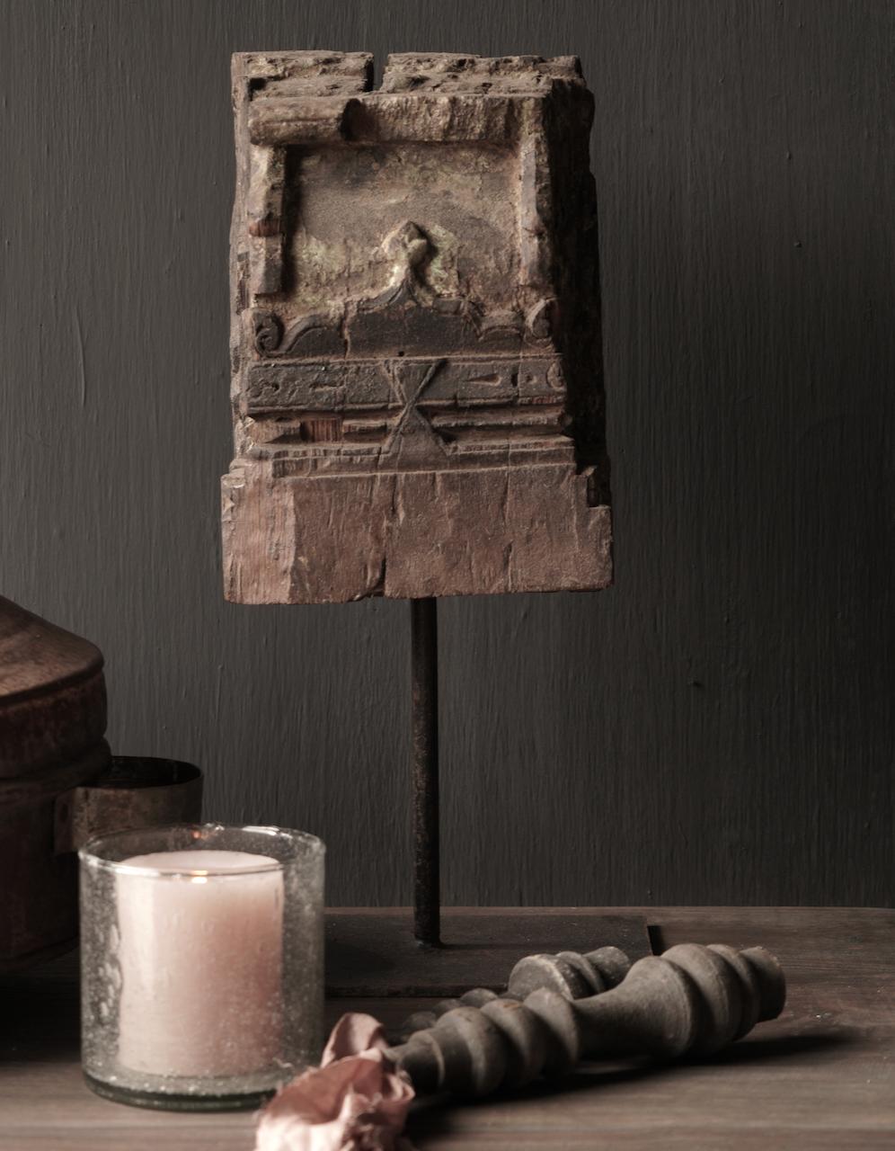Holzornament auf Eisenständer-2