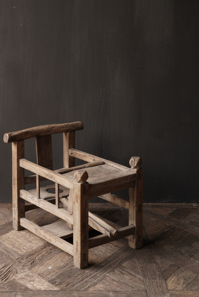 Einzigartiger antiker altindischer Kinderstuhl aus Holz