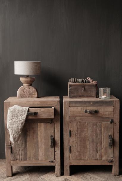 Alter Holzschrank oder Nachttisch aus Treibholz mit Schubladen und Tür