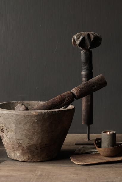 Oude houten Nepalese Stamper op ijzeren voetje