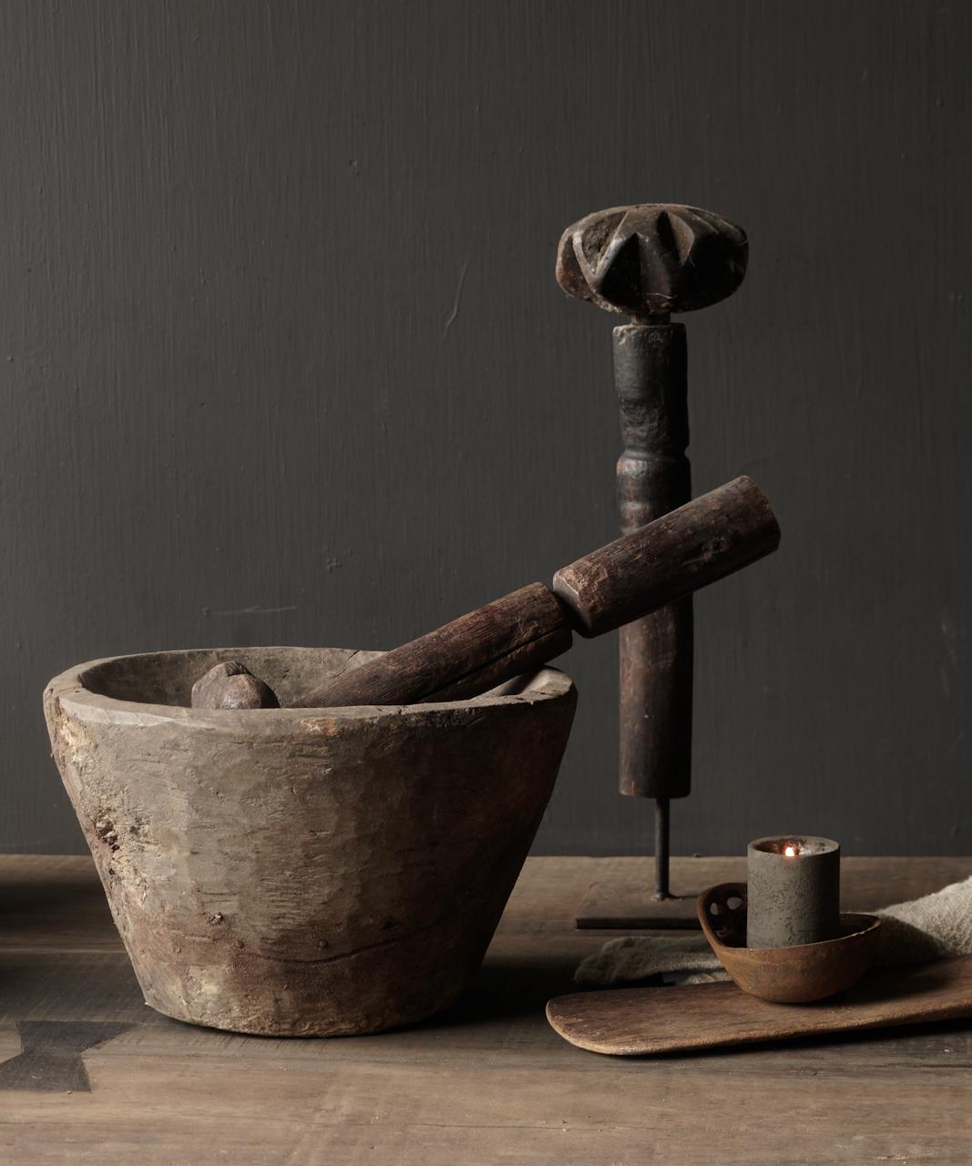 Oude houten Nepalese Stamper op ijzeren voetje-1