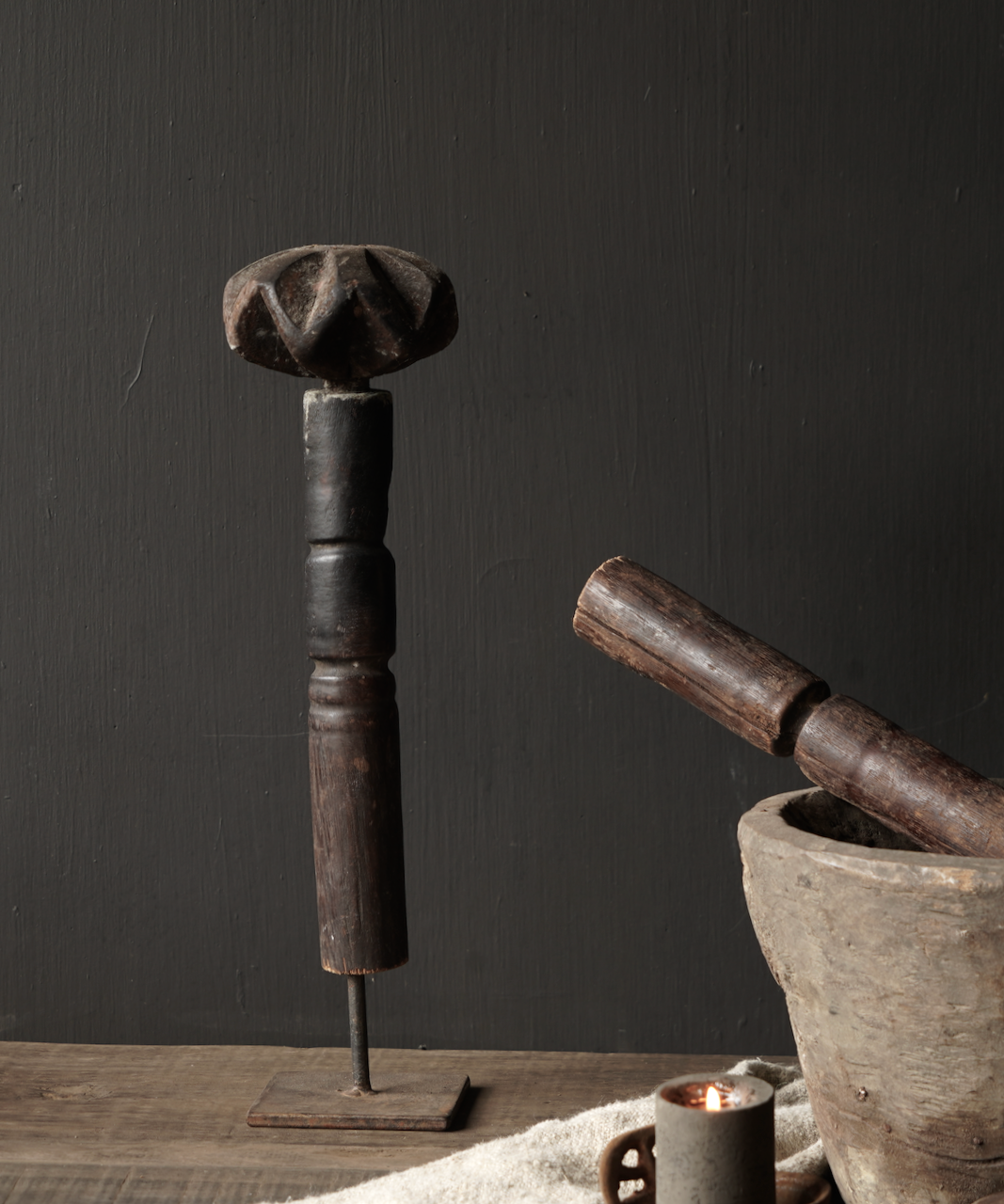 Oude houten Nepalese Stamper op ijzeren voetje-2