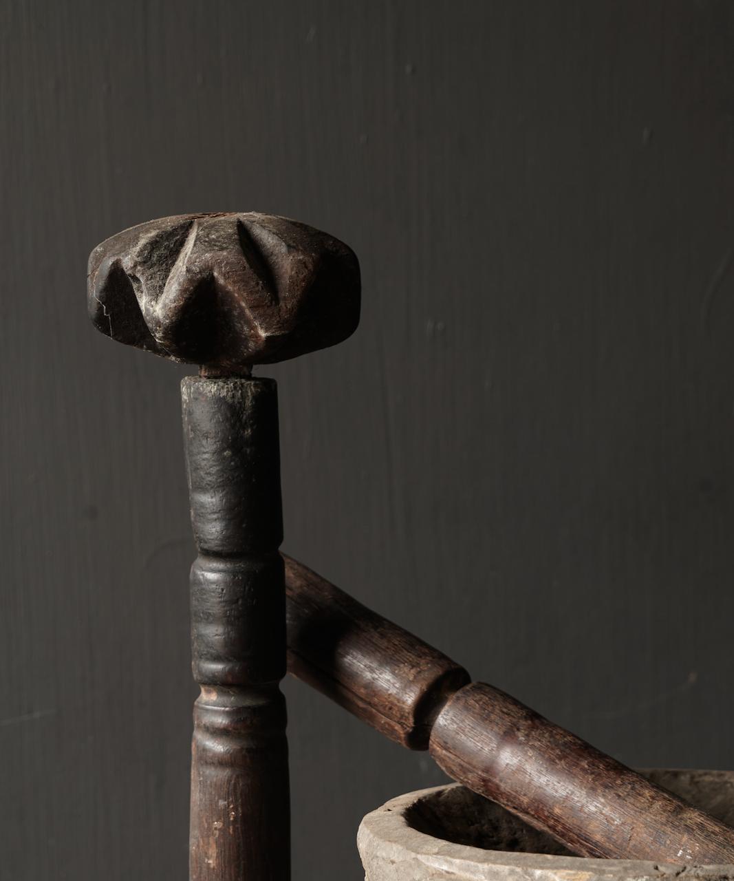 Oude houten Nepalese Stamper op ijzeren voetje-3