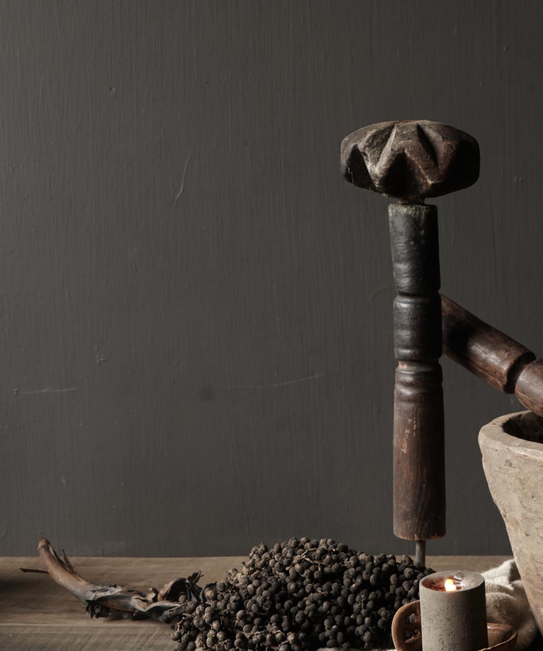 Oude houten Nepalese Stamper op ijzeren voetje-4
