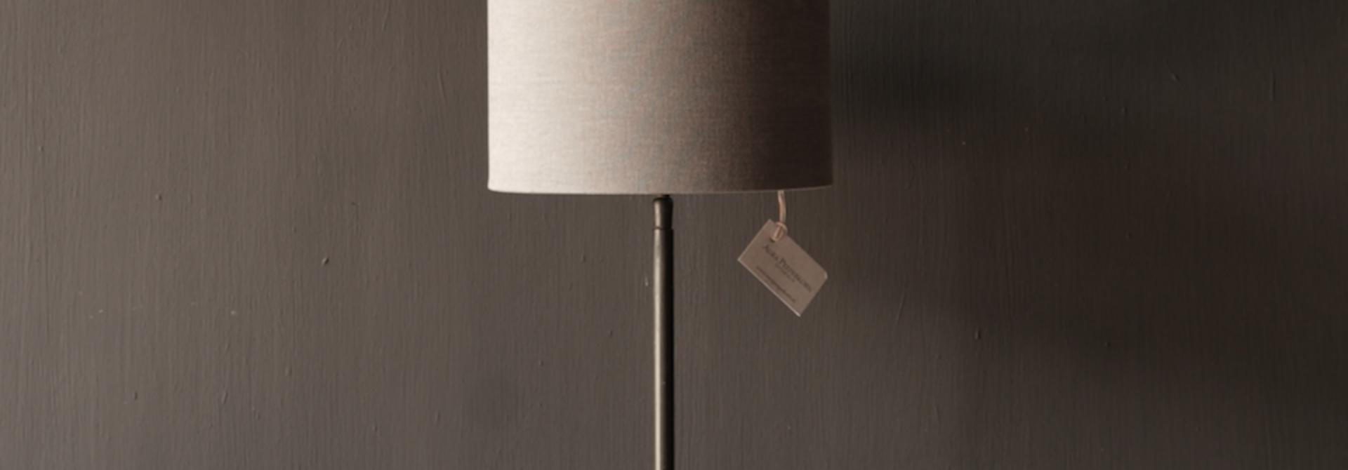 braune runde Eisen-Tischlampe