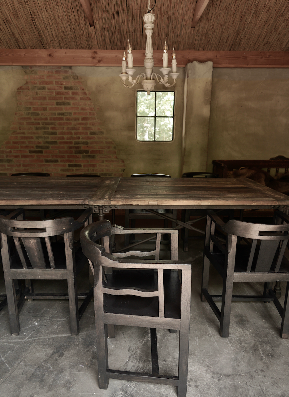 Unieke zwart/bruin houten stoeltjes met ronde leuning-3