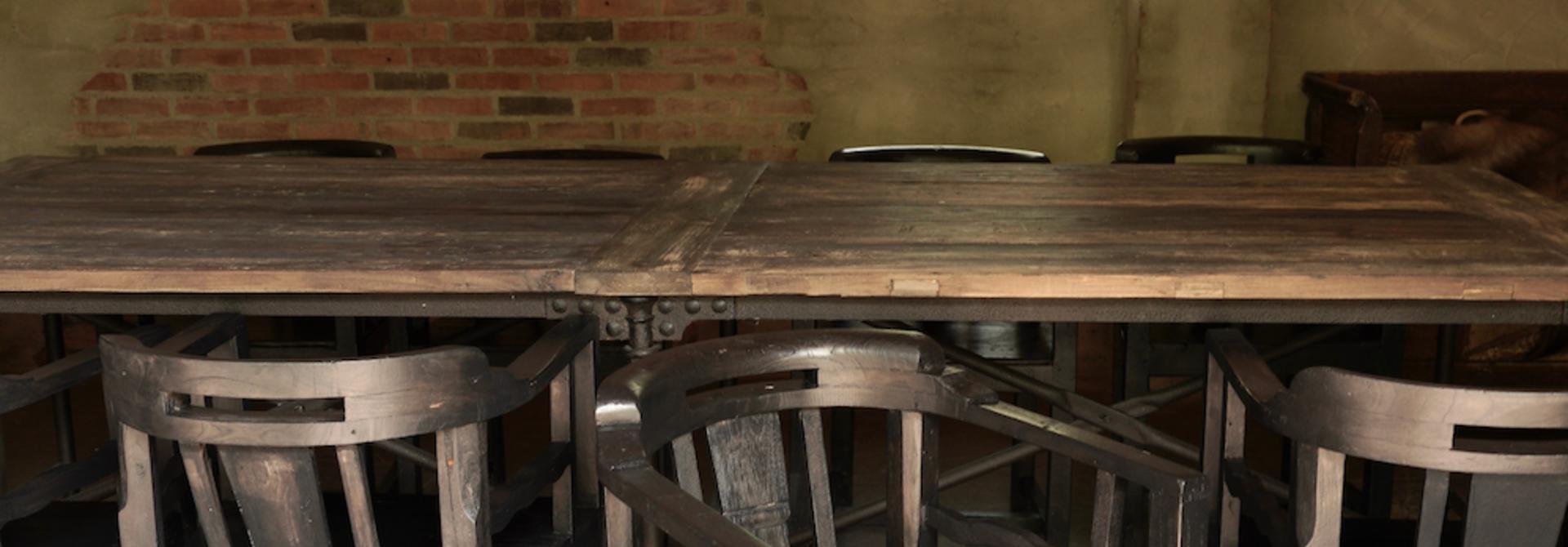 Unieke zwart/bruin houten stoeltjes met ronde leuning