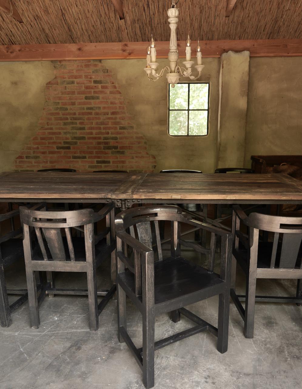 Unieke zwart/bruin houten stoeltjes met ronde leuning-1