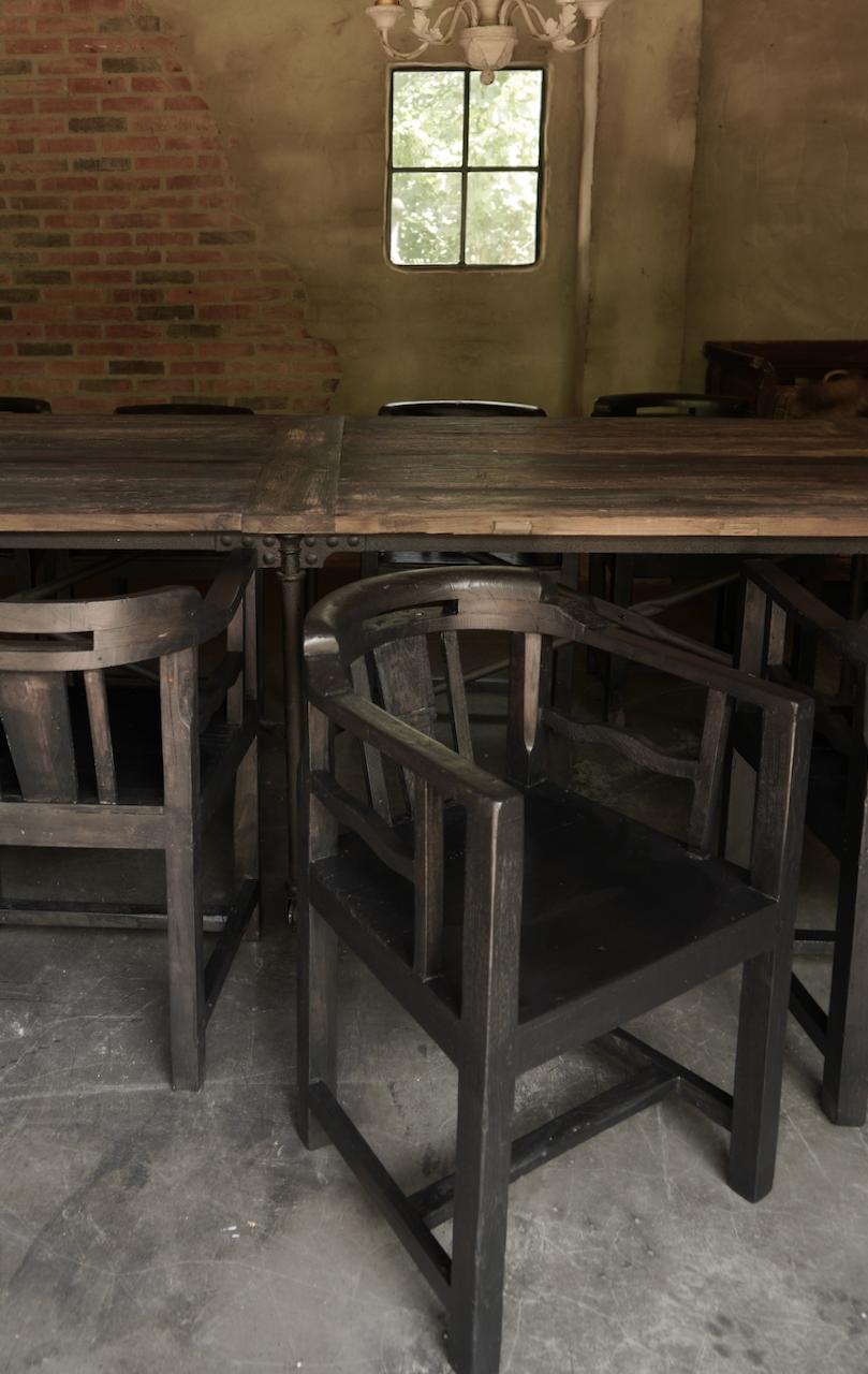 Unieke zwart/bruin houten stoeltjes met ronde leuning-5