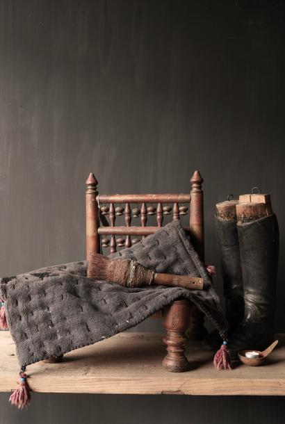Robuste schwarze dünne Matratze aus altem gebrauchtem Indian Carpet