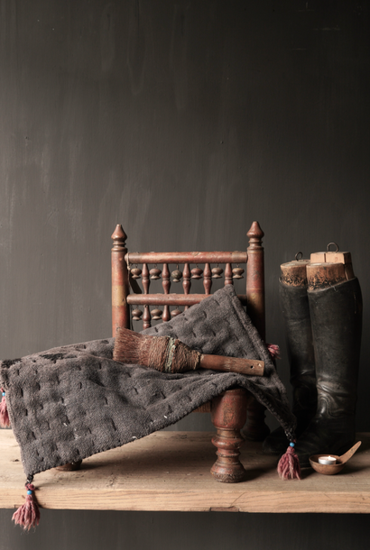 Stoer zwart dun matrasje van oude gebruikt Indisch Carpet