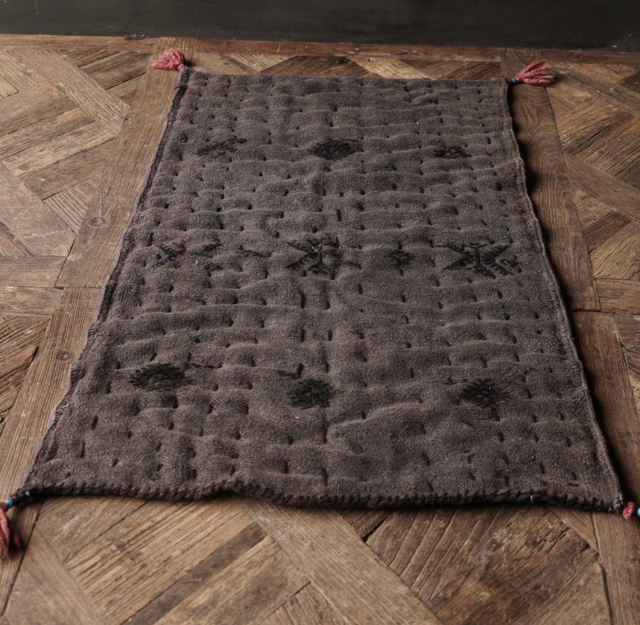 Robuste schwarze dünne Matratze aus altem gebrauchtem Indian Carpet-3