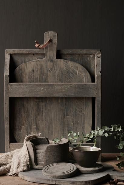 Set aus alten Holz-Brotbrettern / Schneidebrettern im Halter
