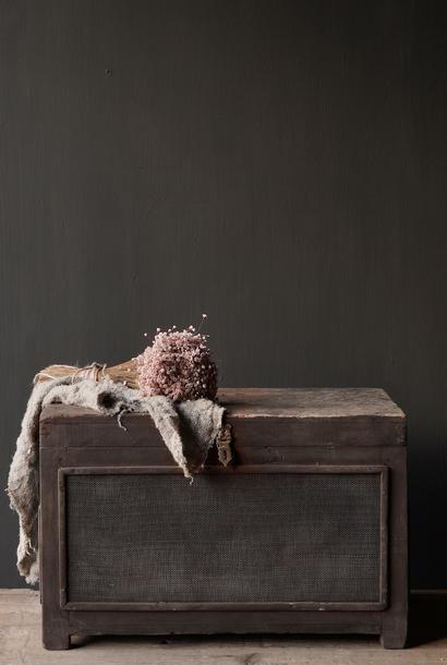Alte authentische Holzkiste mit Netz
