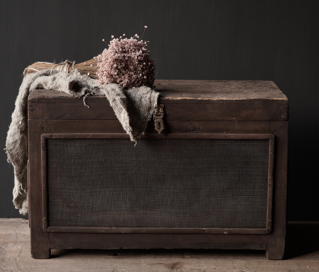 Oude Authentieke houten kistje met gaas-2