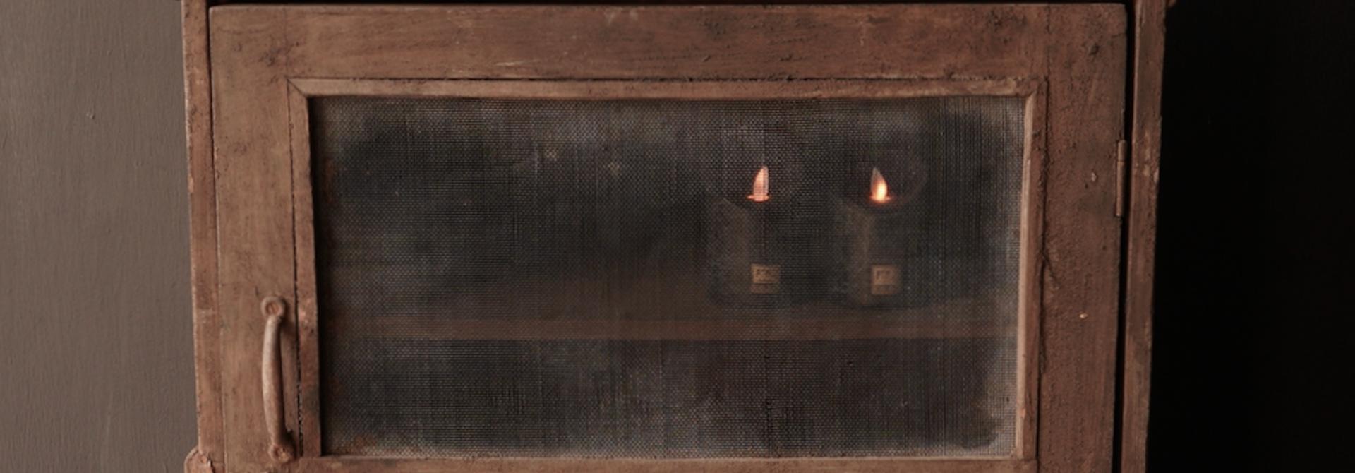 Uniek Oud Indisch kastje  met twee gaas deurtjes