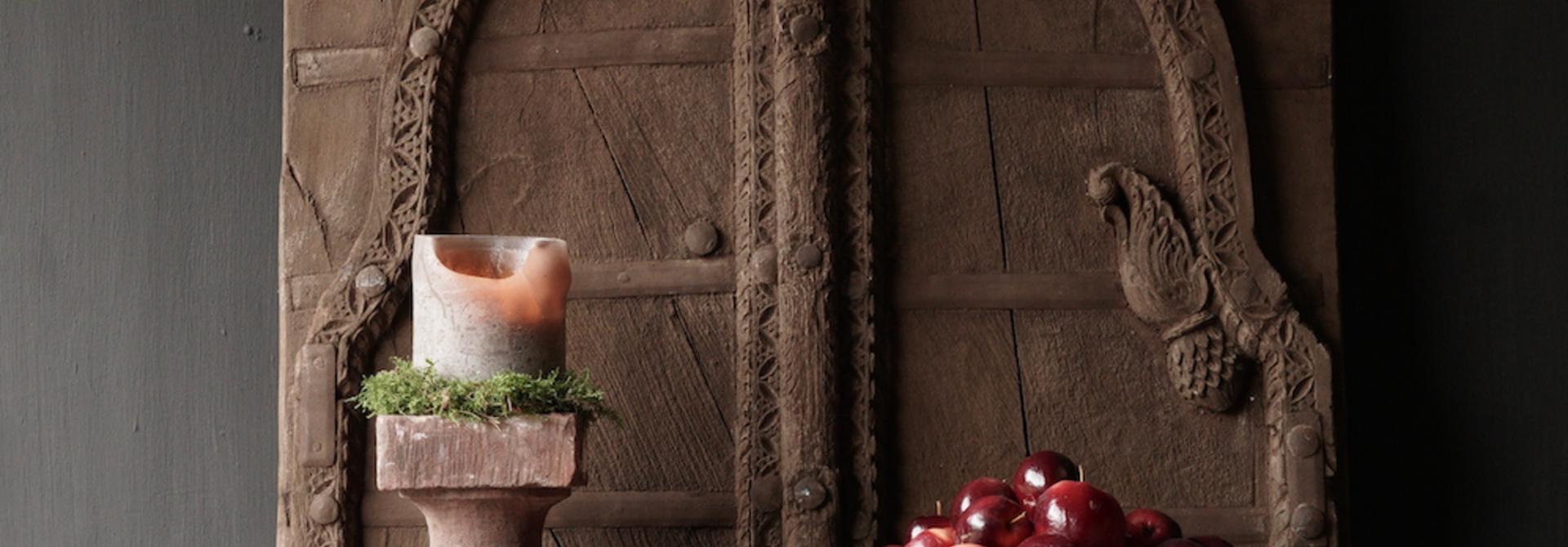 Robuste Holzluke aus altem Gebäude in Indien