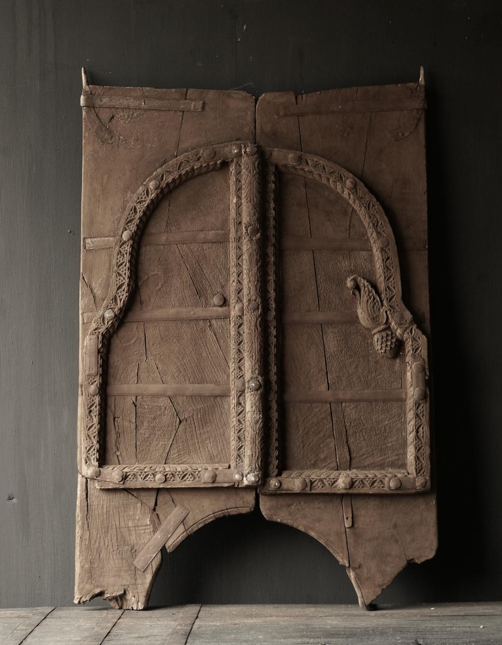 Robuste Holzluke aus altem Gebäude in Indien-5