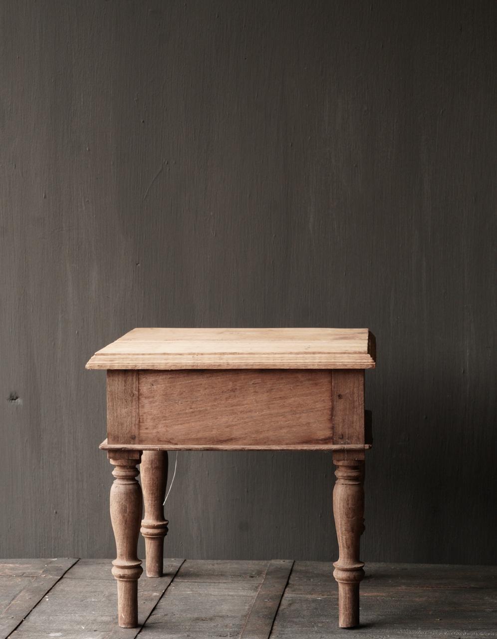 Einzigartiger alter authentischer Holzminitisch-4
