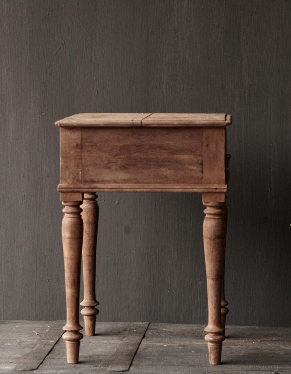 Einzigartiger alter authentischer Holzminitisch-5