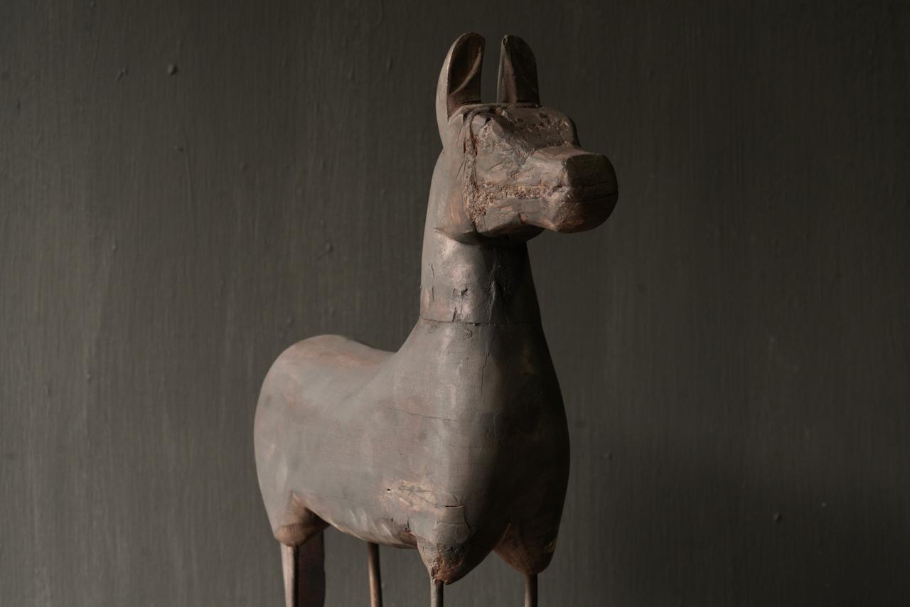 Schönes altes Holzpferd auf Holzstativ-3