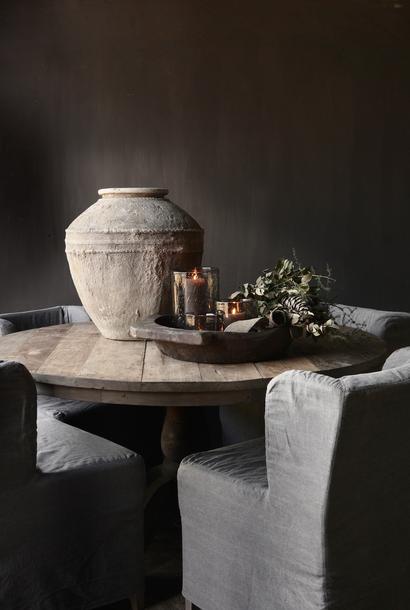 Robuster robuster runder Tisch aus altem Altholz