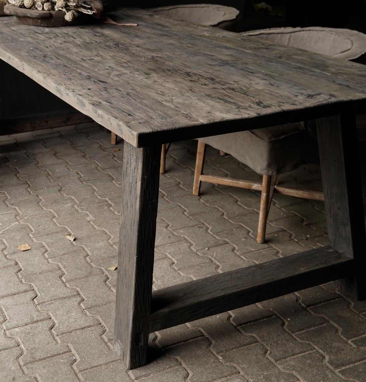 Robuster Esstisch aus dunklem Holz mit A-Bein-4