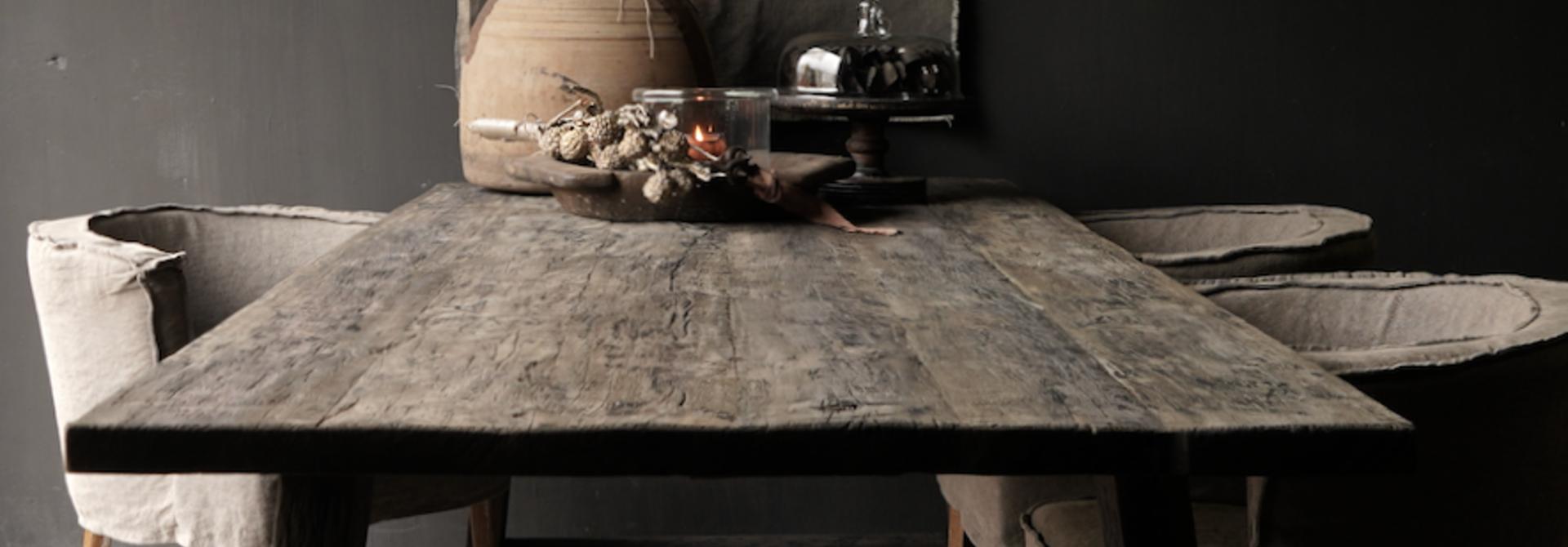 Robuster Esstisch aus dunklem Holz mit A-Bein