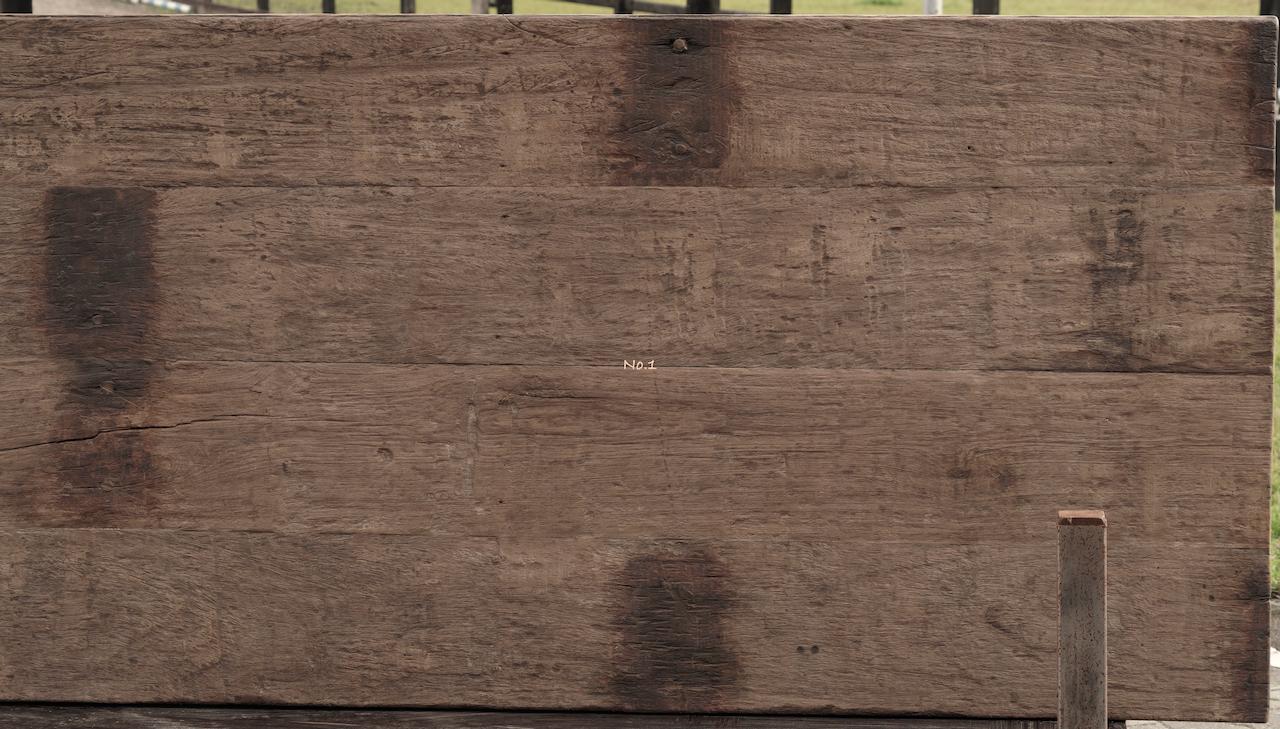 Robuster Esstisch aus dunklem Holz mit A-Bein-8