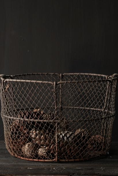 Oud Ijzeren gaas mand met houten handvaten