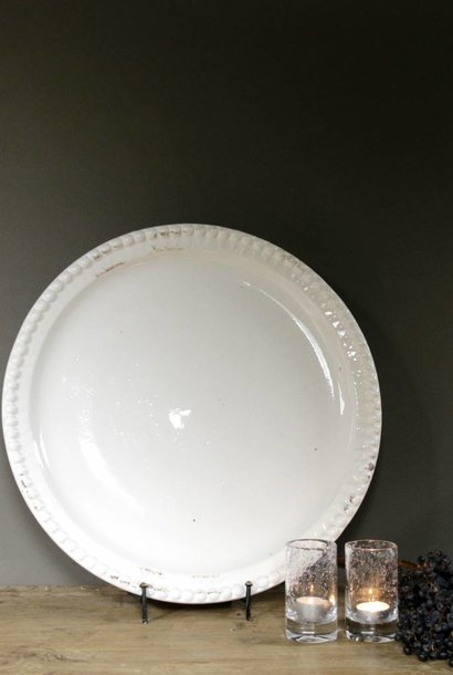 Weiße Keramikschale mit bearbeiteten Stollen