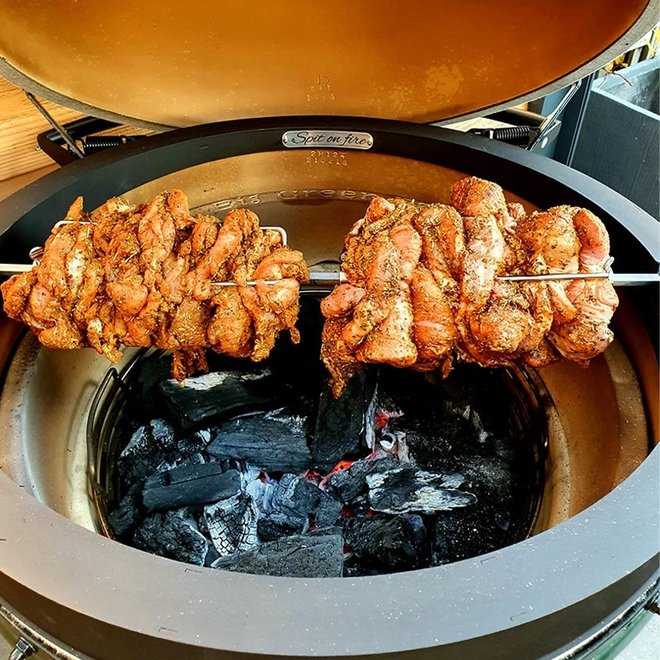 Rotisserie Spit Kamado Rond van The Spit on Fire